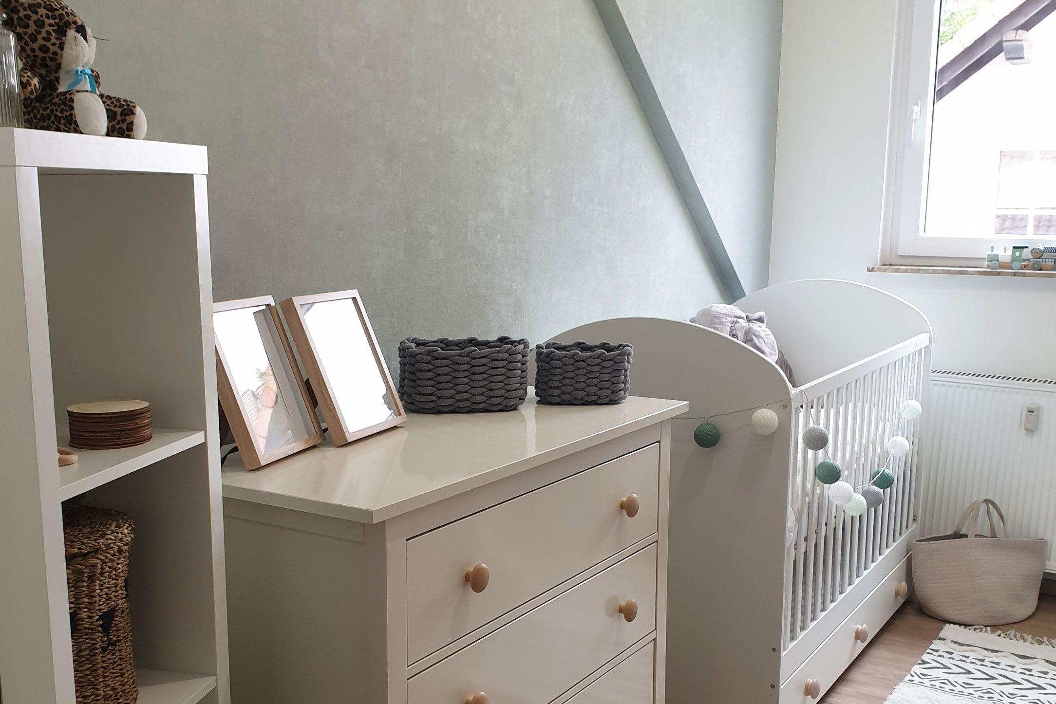 Babyzimmer-Tapete-einfarbig-305802
