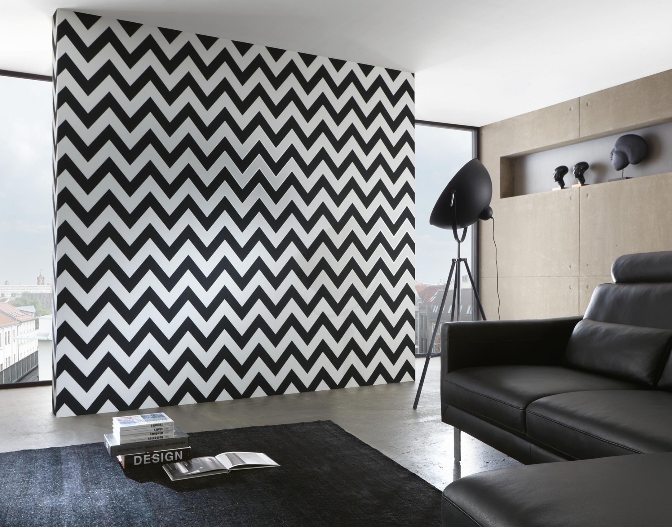 Wohnzimmer im monochromen Stil mit Schwarz-Weiß Tapete von Michalsky, Artikel AS939431