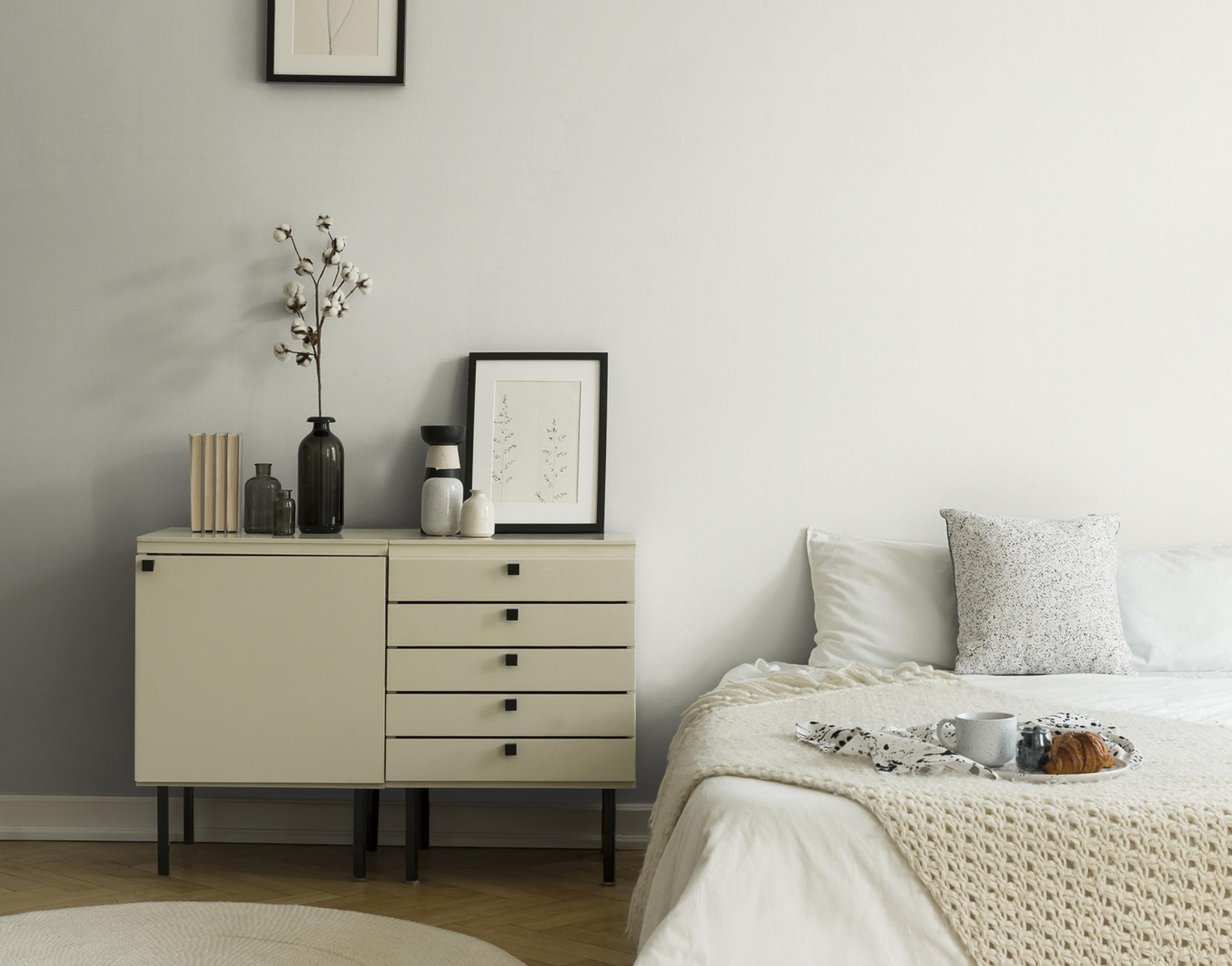 Minimalistisches Schlafzimmer weiß mit Unitapete in neutralem Ton, Artikel AS326317