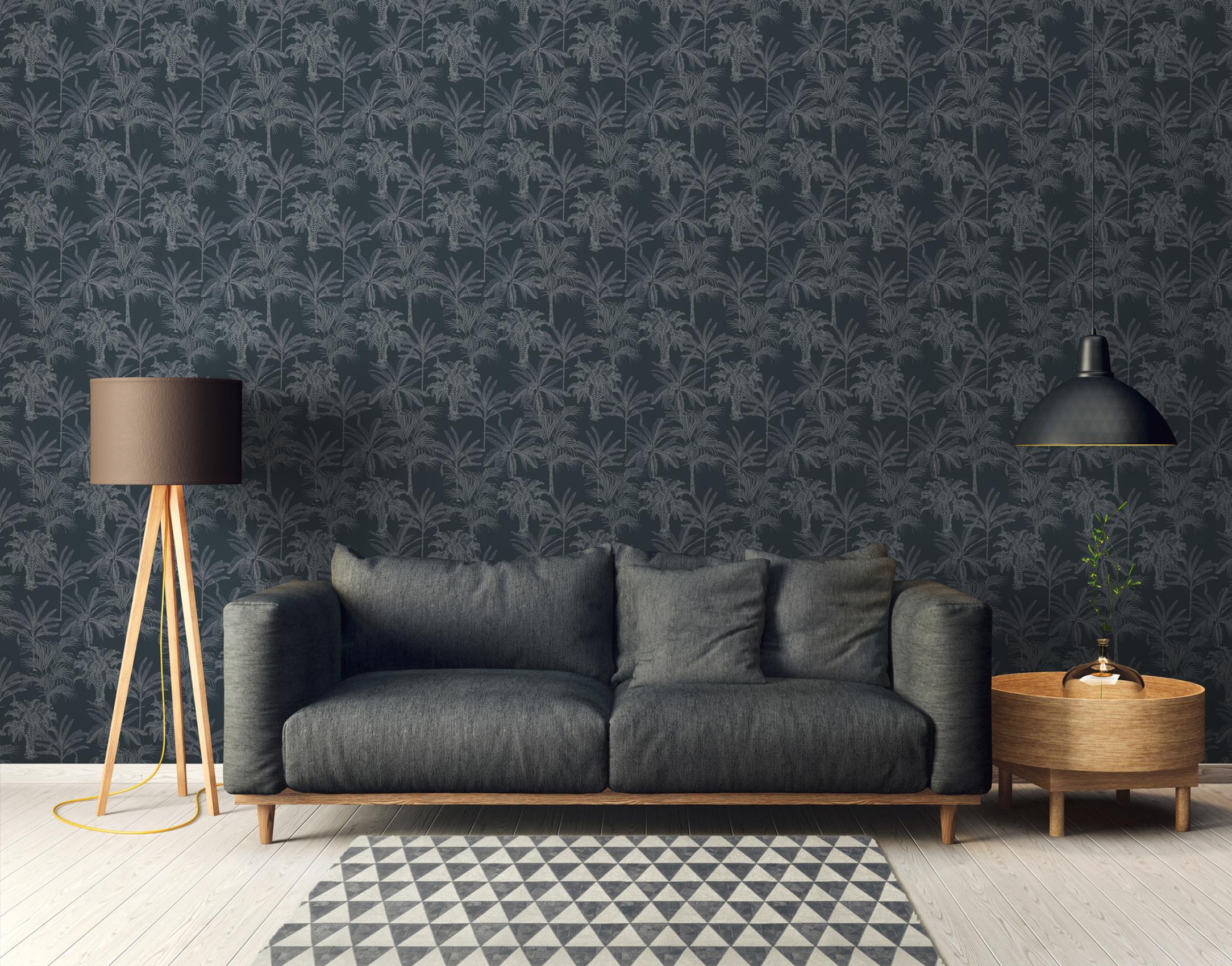 Wohnzimmerwand tapeziert mit dunkelblauer Michalsky Tapete mit Palmenmuster, Artikel AS379832