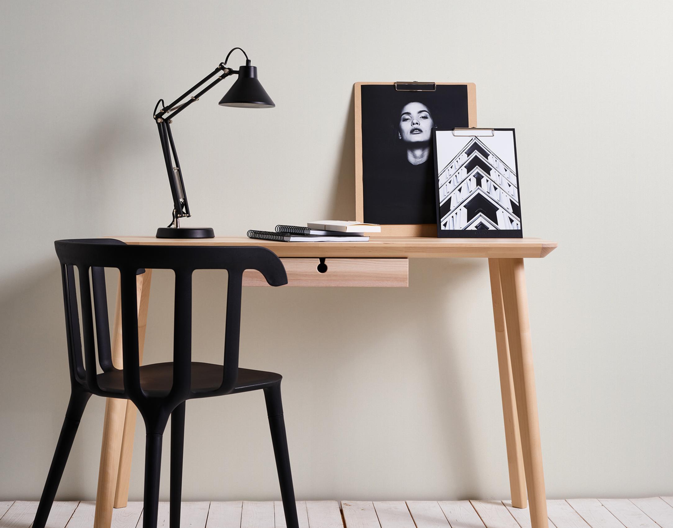 Foto Homeoffice im minimalistischen Stil vor tapezierter Wand, Michalsky Tapete uni weiß, Artikel AS326317