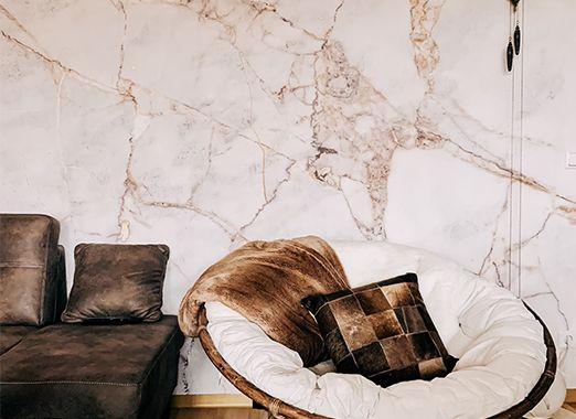 Rosafarbene Marmortapete im Wohnzimmer DD118760